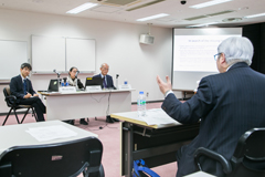 Hiroaki Shiga, JICA-RI senior research fellow (left) has discussions with those in attendance